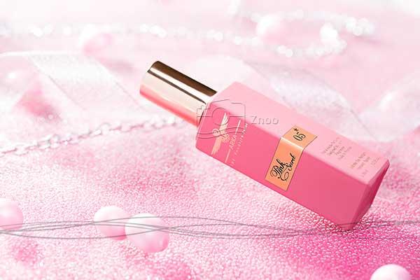 عکاسی تبلیغاتی از محوصلات آرایشی و بهداشتی عطر برند آرکا صورتی با نورپردازی مخصوص محصولات