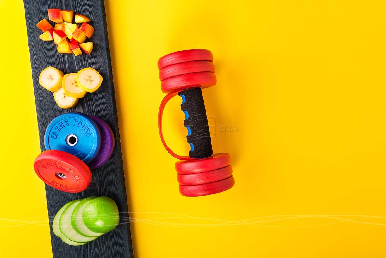 عکاسی تبلیغاتی و صنعتی وزنه پویا با میوه تازه به مفهوم سلامتی