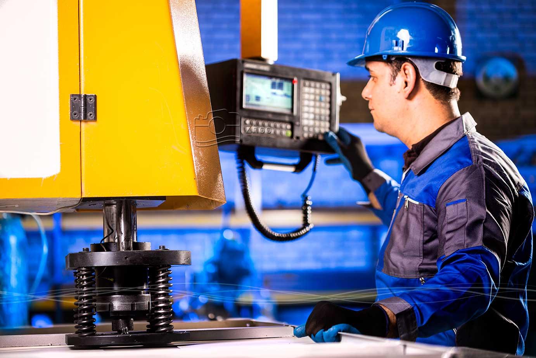 عکاسی پرتره صنعتی از تکنسین دستگاه پانچ شرکت آذرخش پارسیان به همراه نورپردازی تخصصی