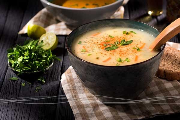 عکاسی صنعتی و تبلیغاتی از سوپ با استفاده از فضاسازی داخل استودیو و نورپردازی مختص عکاسی مواد غذایی