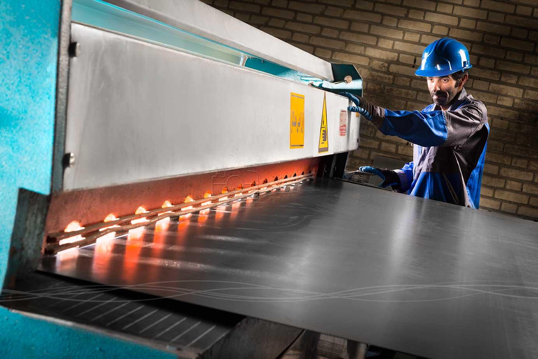 عکاسی پرتره صنعتی از تکنسین شرکت آذرخش پارسیان با نورپردازی تخصصی